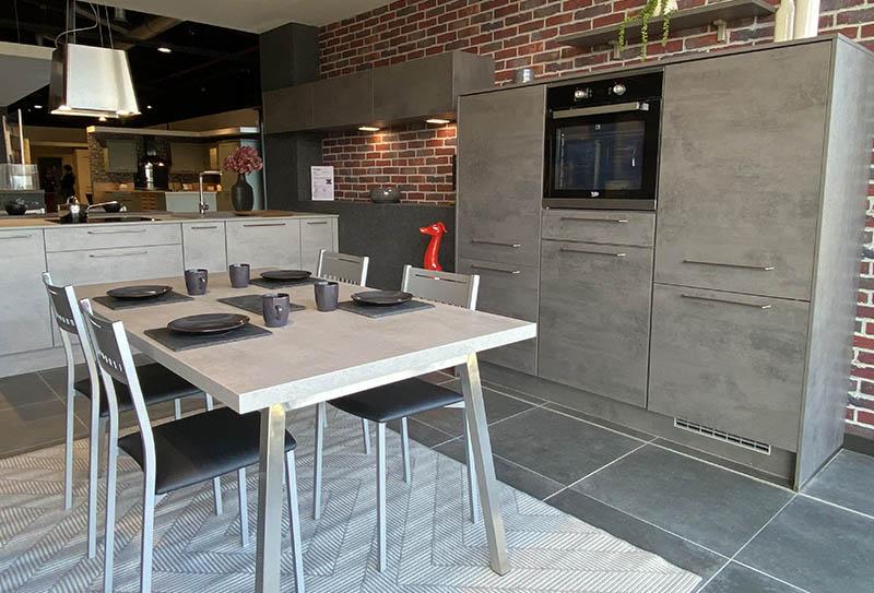 Ecocuisine Caen - Mondeville. Cuisine style béton, plan de travail gris. Style minéral en L