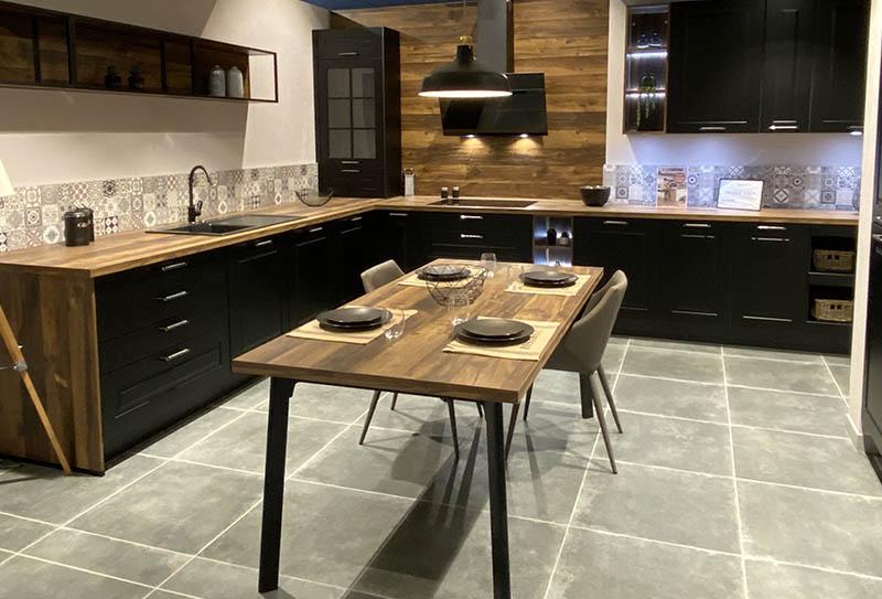 Ecocuisine Rouen - Grand Quevilly. Cuisine en L noire à cadre, plan de travail bois foncé. Style classique avec un ilôt