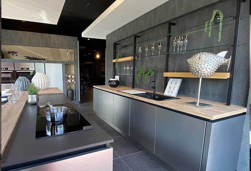 Ecocuisine Le Havre - Gonfreville L'Orcher. Cuisine grise matte, plan de travail noir. Style classique en L avec un ilôt