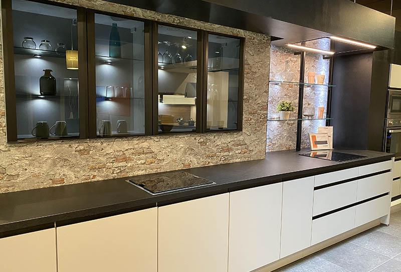 Ecocuisine Yvetot. Cuisine façade blanche sans poignées, plan de travail noir. Style moderne en linéaire
