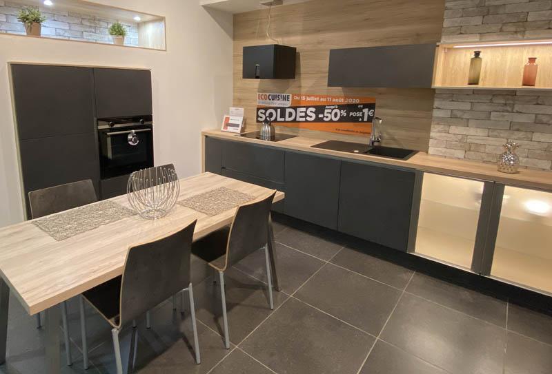 Ecocuisine Yvetot. Cuisine façade noire matte sans poignées, plan de travail bois. Style moderne en linéaire